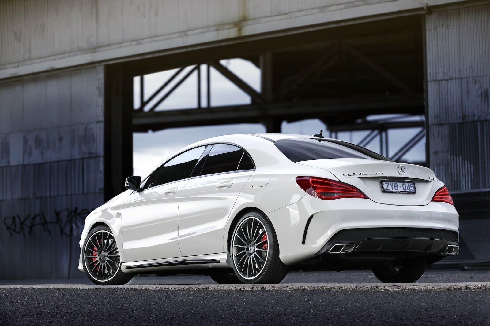 Mercedes CLA schuin achter