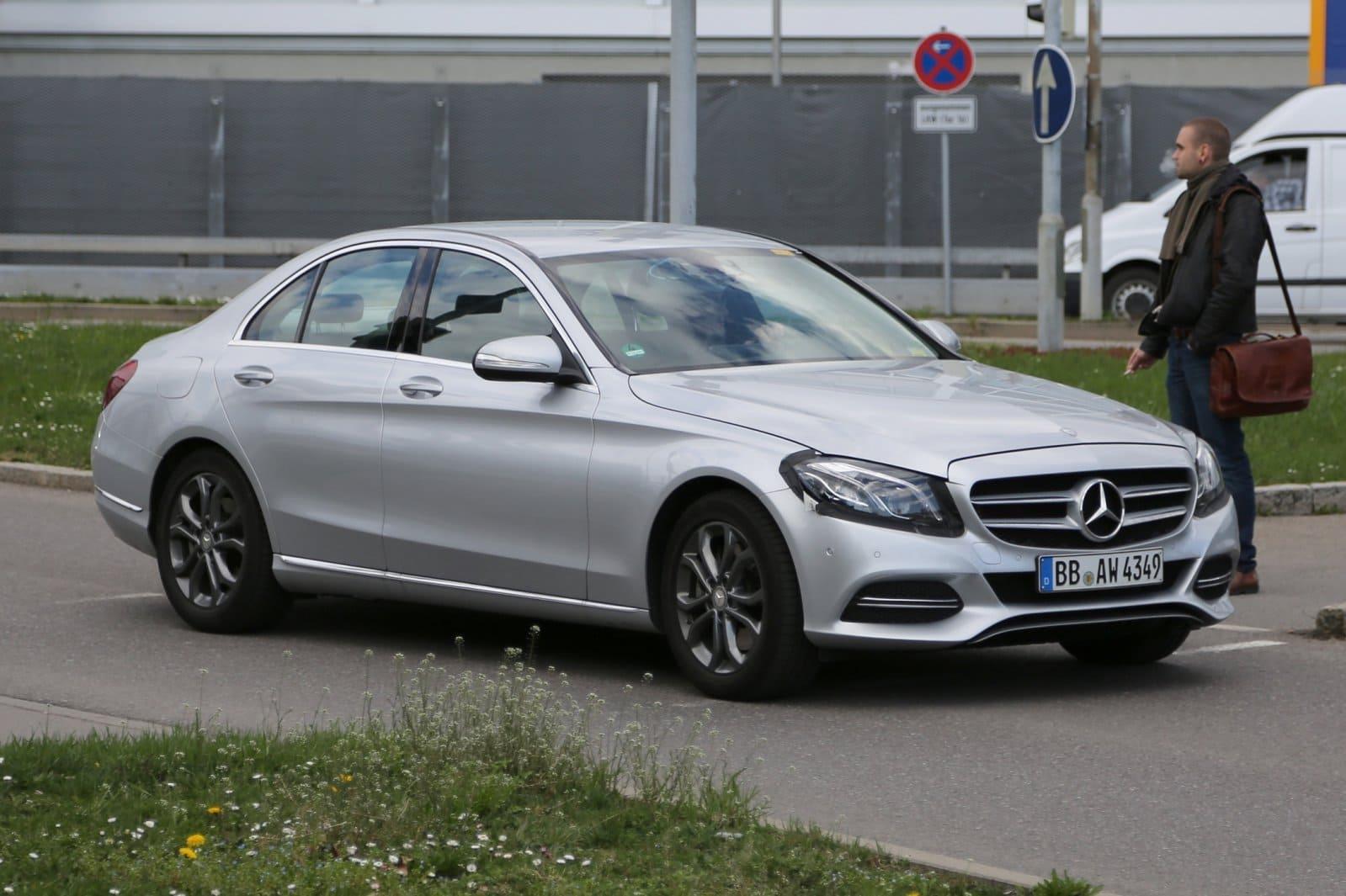 Mercedes schuin voor