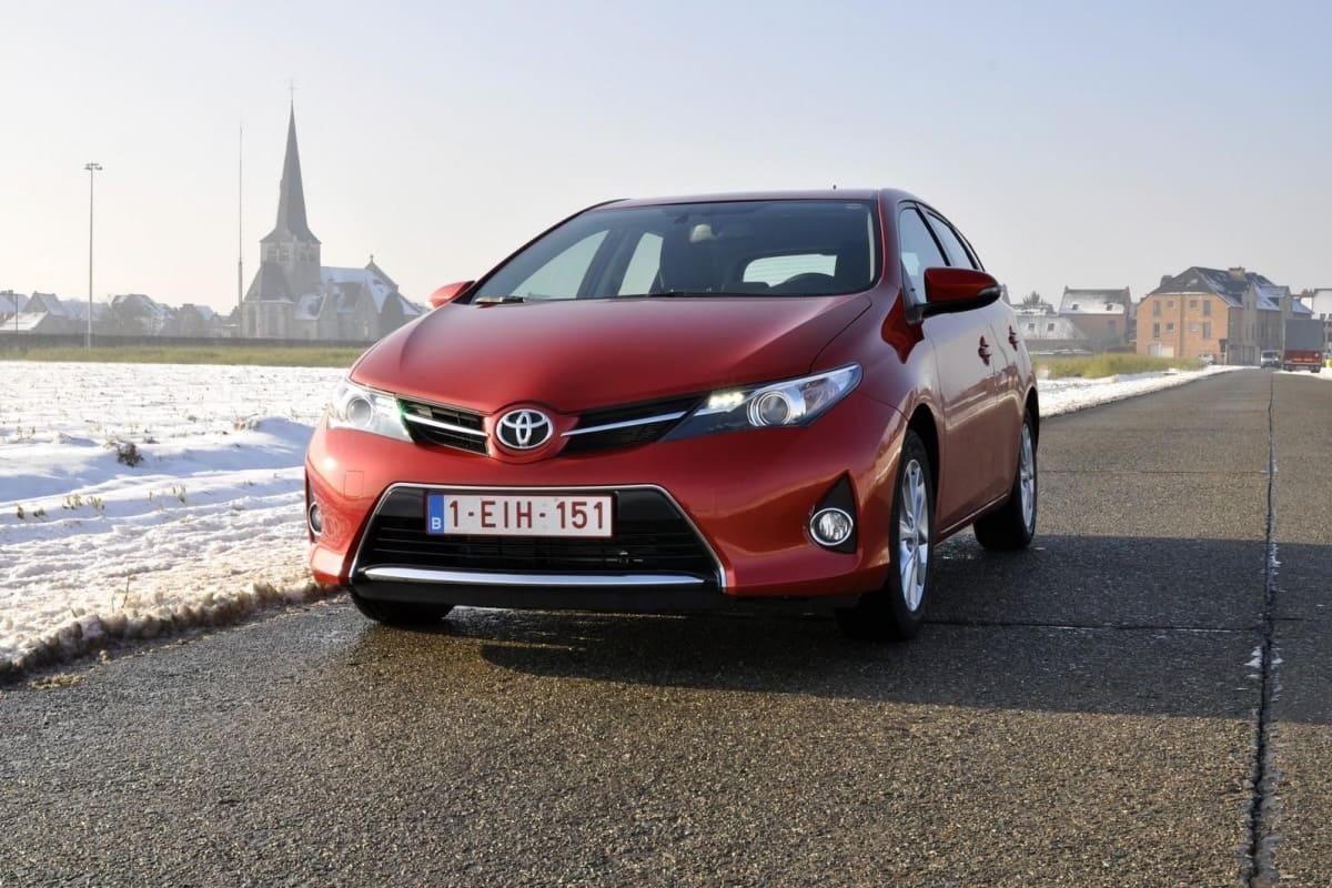 Toyota_Auris_bordeaux