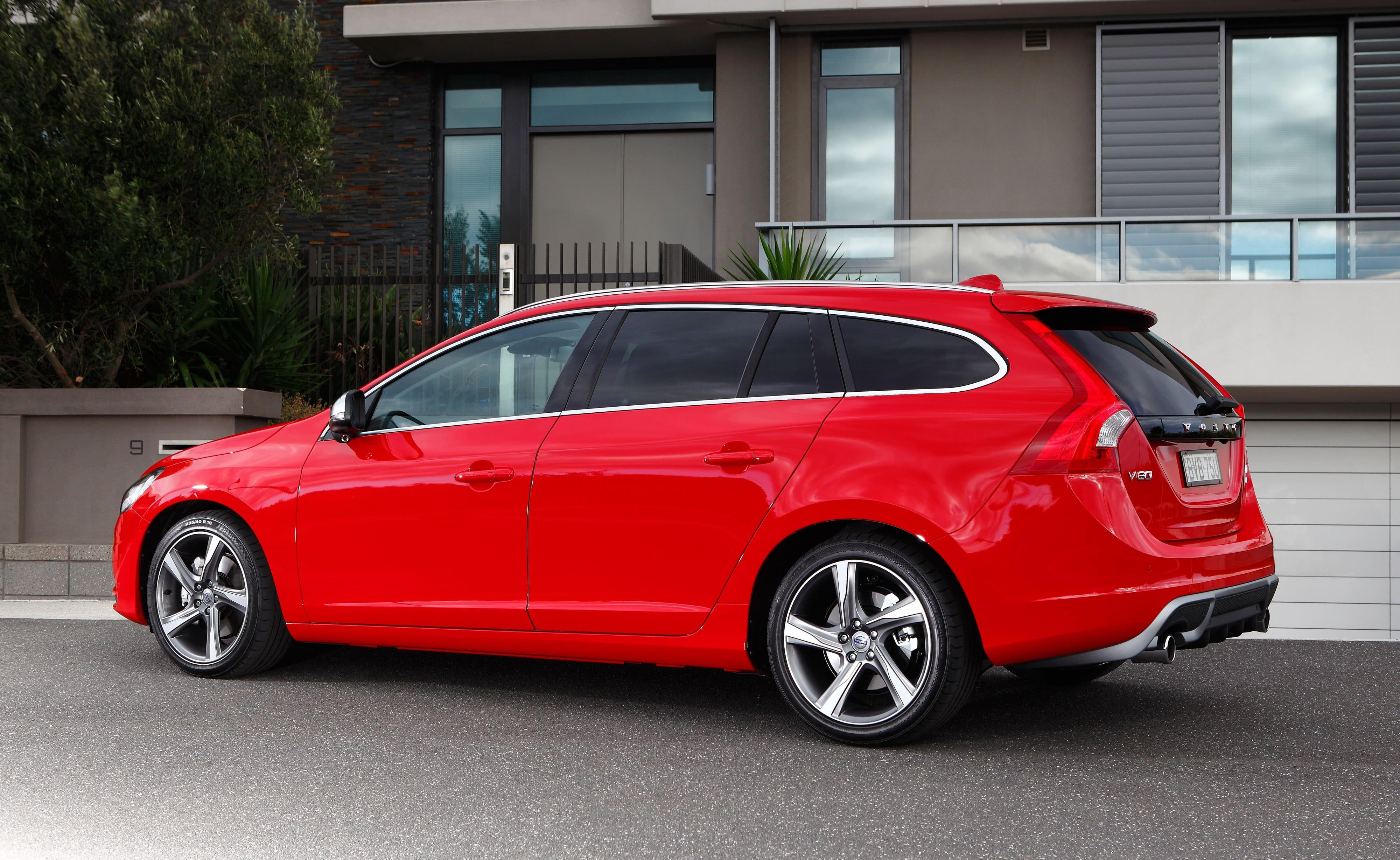 Volvo V60 rood achter schuin
