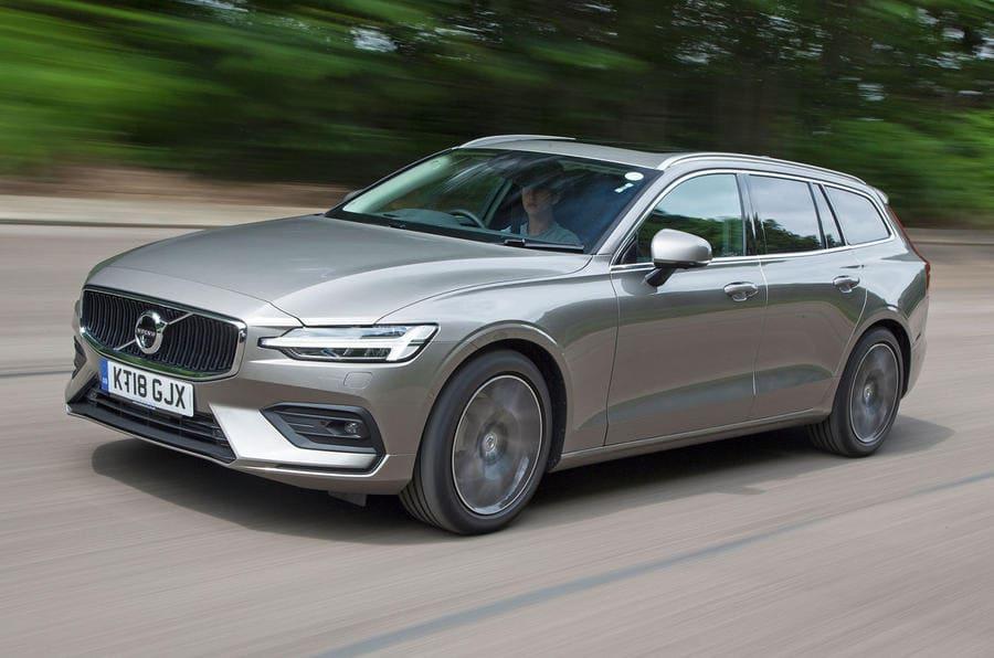 Volvo V60 schuin rijdend voor