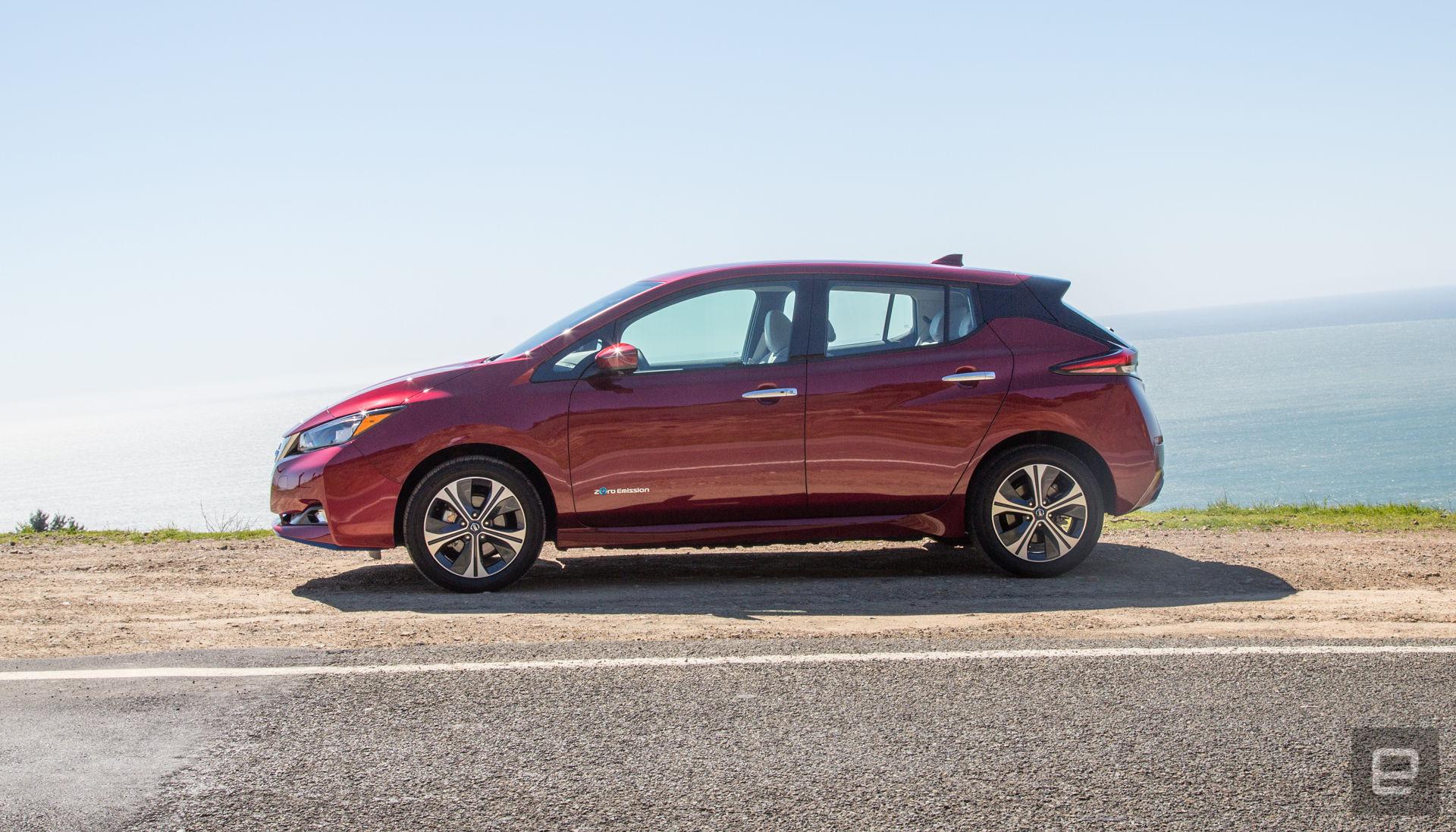 Nissan Leaf rood zijkant