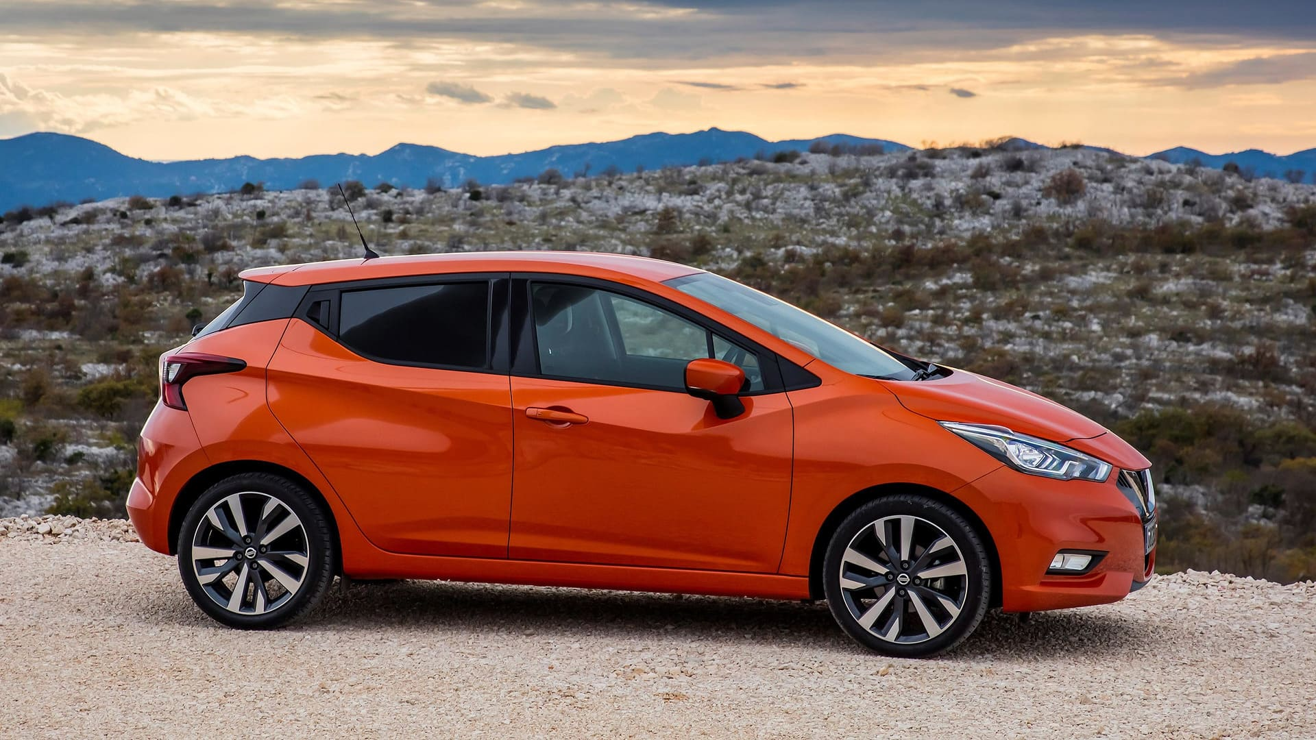 Nissan Micra oranje zijkant