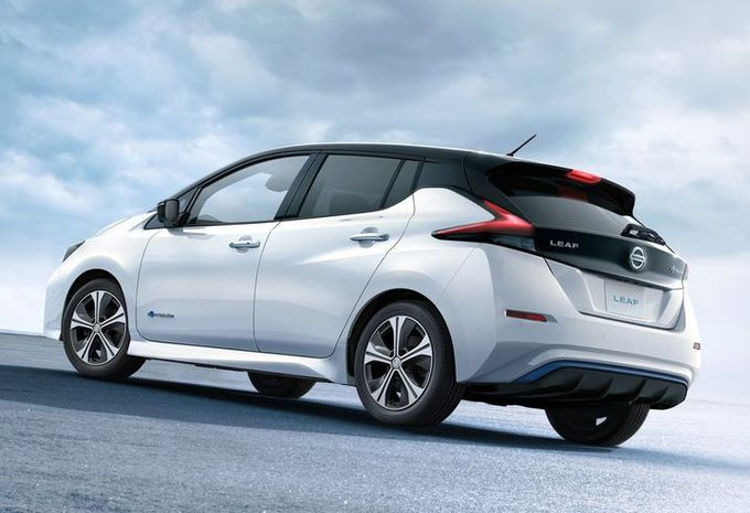Nissan leaf schuin achter