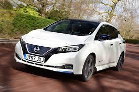 Nissan leaf voor schuin rijdend